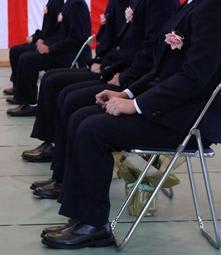 胸にコサージュを付け、緊張した様子で播磨学園の成人式に臨んだ少年たち=加古川市八幡町宗佐