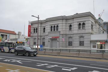 15日の営業を終えシャッターが閉まる三菱UFJ銀行水戸支店=水戸市泉町
