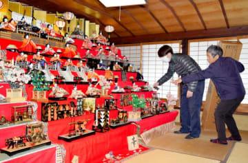 16日に始まる松野町松丸地区の「四万十街道ひなまつり」に向けひな人形を飾る地域住民
