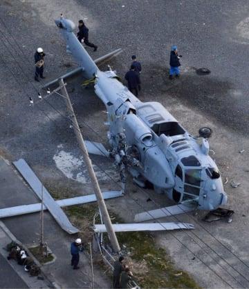 2013年に神奈川県三浦市の埋め立て地に不時着し、横転した在日米海軍のヘリコプター=2013年12月16日