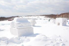 ドラえもんやミニオンなどの雪像が並ぶだんパラスキー場