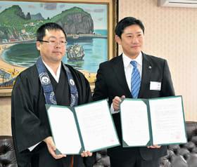 室蘭市と協定を結んだ本教寺の高倉住職(左)