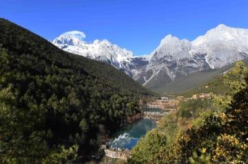 玉竜雪山の麓にたたずむ藍月谷 雲南省麗江市