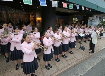 軽快な演奏でスタート開幕を盛り上げた活水中・高吹奏楽部=長崎新聞社前