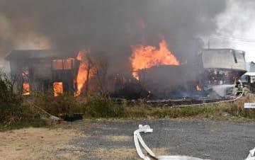 全焼した益冨さん方。火は隣の家にも燃え移った=16日午前、えびの市原田