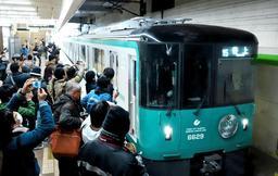 カメラを手にした鉄道ファンらに迎えられる神戸市営地下鉄の新型車両=16日午前、神戸市西区糀台5、西神中央駅(撮影・吉田敦史)