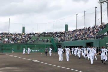 沖縄・国頭村で行われた日本ハムの1・2軍の紅白戦には大勢の観客が集まった【写真:荒川祐史】