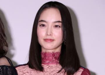 映画「21世紀の女の子」の劇場公開記念舞台あいさつに登場した朝倉あきさん