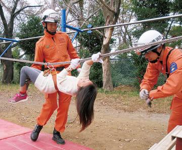 区総合防災訓練でロープ渡りを体験する参加者=昨年11月、区提供