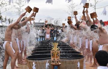 冷たい水で身を清め、無病息災や願い事を祈る参加者