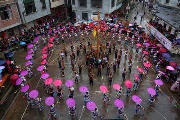 民族間で交友深め新年祝う 広西·融水ミャオ族自治県で伝統行事