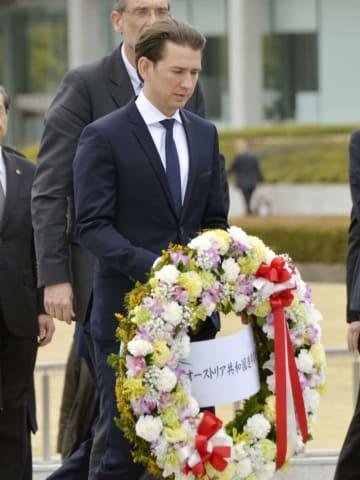 오스트리아 총리, 원폭비에 헌화