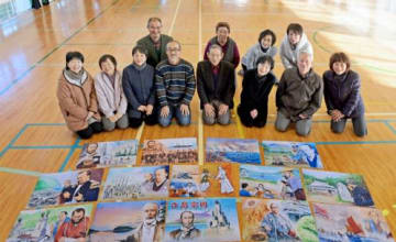 完成した紙芝居と関係者=阿久根市の脇本小学校