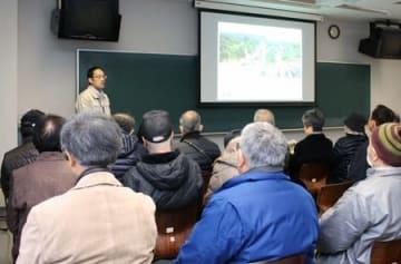 県が開いた「土砂災害警戒区域」の指定についての住民説明会=16日、加茂市