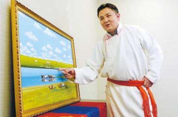 民族衣装をまとい出身地モンゴルの暮らしについて説明するエルデネダライさん=河北新報社