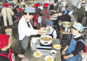 南郷高生徒と農協職員たちがすっぽこ汁作りを楽しんだ