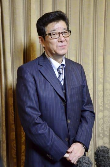 記者団の取材に応じる松井一郎大阪府知事=16日午後、堺市