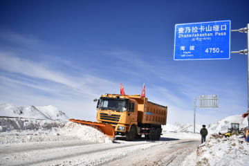 青海省玉樹で大雪被害 道路の円滑な通行を全力で保障