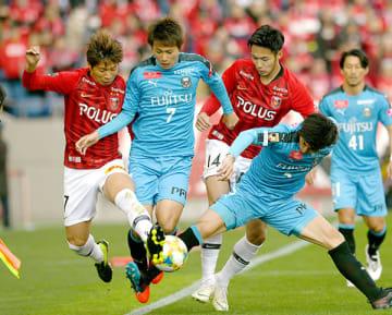 川崎―浦和 浦和の長沢(左)、杉本(14)が川崎の車屋(7)らと競り合う=16日、埼玉スタジアム