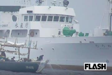 手前から北朝鮮の漁船、水産庁の取締船