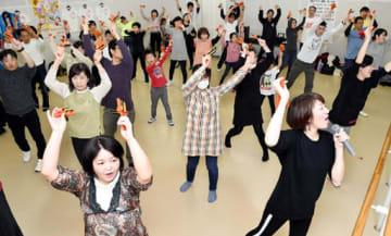 よさこい混成チーム「きんさい花咲連」講習会で振り付けを練習する参加者(16日午前10時50分、撮影・田中 慎二)