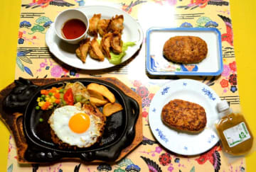 親鶏を使用した「焼肉乃我那覇」のハンバーグ(右上)とシークヮーサー風味のハンバーグ(右下)、「名護曲レストラン」の揚げギョーザ(左上)とハンバーグ(左下)