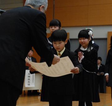 新聞感想文コンクールで知事賞を受賞した安倍武蔵さんら=県庁