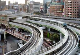 ホームが東側へ延伸されるポートライナー三宮駅=16日午後、神戸市中央区雲井通7(撮影・後藤亮平)