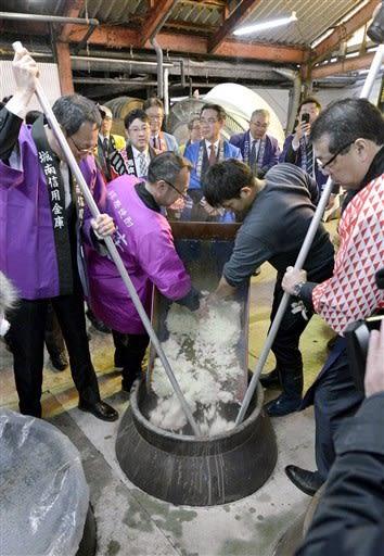 8道県の米で焼酎を仕込む信用金庫の役員や職員ら=人吉市