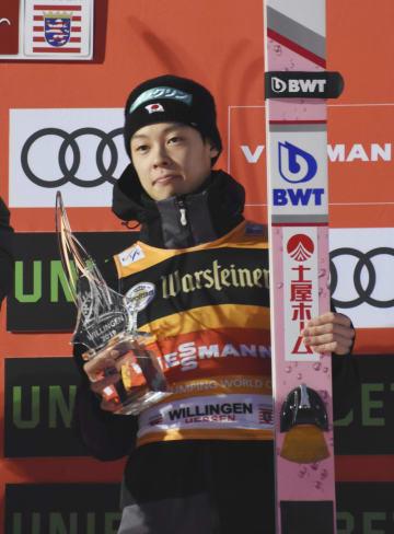 W杯ジャンプ男子個人第21戦で3位になり、表彰される小林陵侑=ビリンゲン(共同)