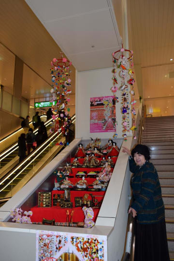 JR千葉駅中央改札先のエレベーター途中に展示されたひな飾り=16日