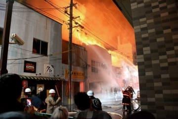 炎と煙が上がる火災現場=16日午後10時5分すぎ、八代市本町1丁目