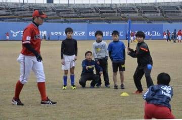 選手に教わりながら野球を楽しむ子ども