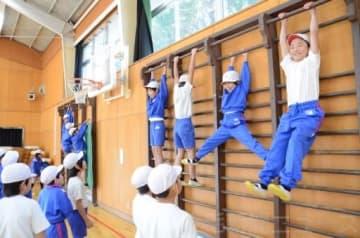 体育館の肋木で運動する子どもたち。授業で使われることは少なくなった=前橋城東小