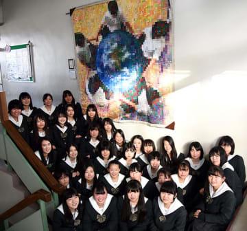 「日本キルト大賞」ユース部門で、1位に輝いた作品の前で喜ぶ生徒たち=大垣市墨俣町上宿、大垣桜高校