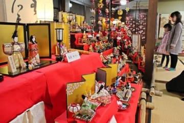 色鮮やかなひな人形に見入る子どもたち=16日、上越市頸城区の坂口記念館