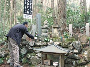明智光秀の墓と伝わる「桔梗塚」=山県市中洞、白山神社