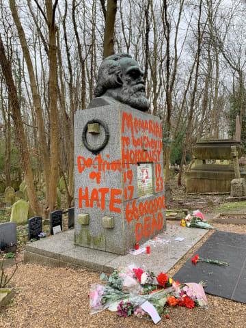 赤いペンキで落書きされたカール・マルクスの墓碑=16日、ロンドン(@MAXWELLMUSEUMSのツイッターより、ロイター=共同)