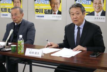 【統一地方選の推薦候補者を発表する松田氏(右)=津市栄町2丁目で】
