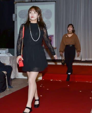 【カジュアルな服装に真珠製品を合わせ、ランウェイを歩く学生ら=志摩市磯部町坂崎で】