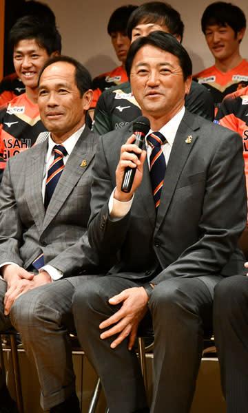 【新体制発表会に臨むヴィアティンン三重の上野監督(右)。左は阪倉ヘッドコーチ=桑名市内で】