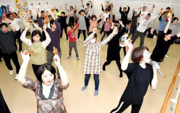 鳴子を手に振り付けを覚える参加者=広島市中区(撮影・田中慎二)