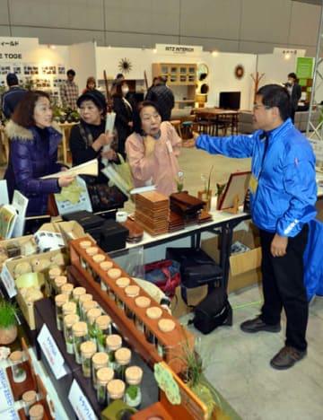 木製品や家具など多彩な商品が並ぶ会場