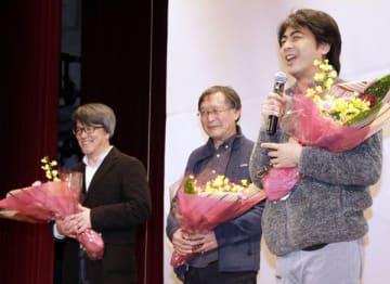 舞台あいさつに臨む(左から)明石監督、赤川さん、関口さん=美波町コミュニティホール