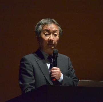 サッカーW杯日本代表チームの舞台裏などを講演する池田浩さん=日立市幸町