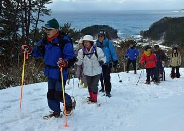 アオーネ白神十二湖の周辺で日本海を望みながらスノーハイキングを楽しむ参加者
