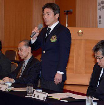あいさつを述べる県高野連の前田会長(中央)