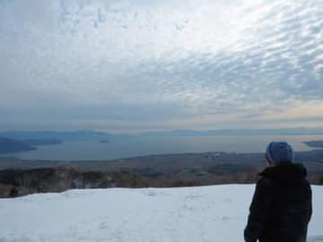 一面の雪景色から琵琶湖や対岸を一望する「びわ湖のみえる丘」(高島市今津町日置前・箱館山スキー場)