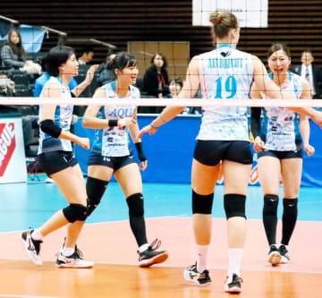 【東レ―KUROBE】第3セット、途中出場し得点を喜ぶKUROBE・星加(左から2人目)=県武道館