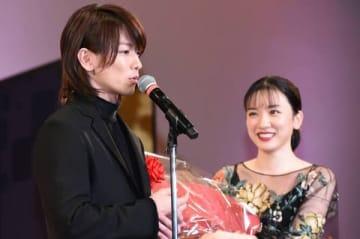 「2019年 エランドール賞」の授賞式に出席した佐藤健さん(左)と永野芽郁さん